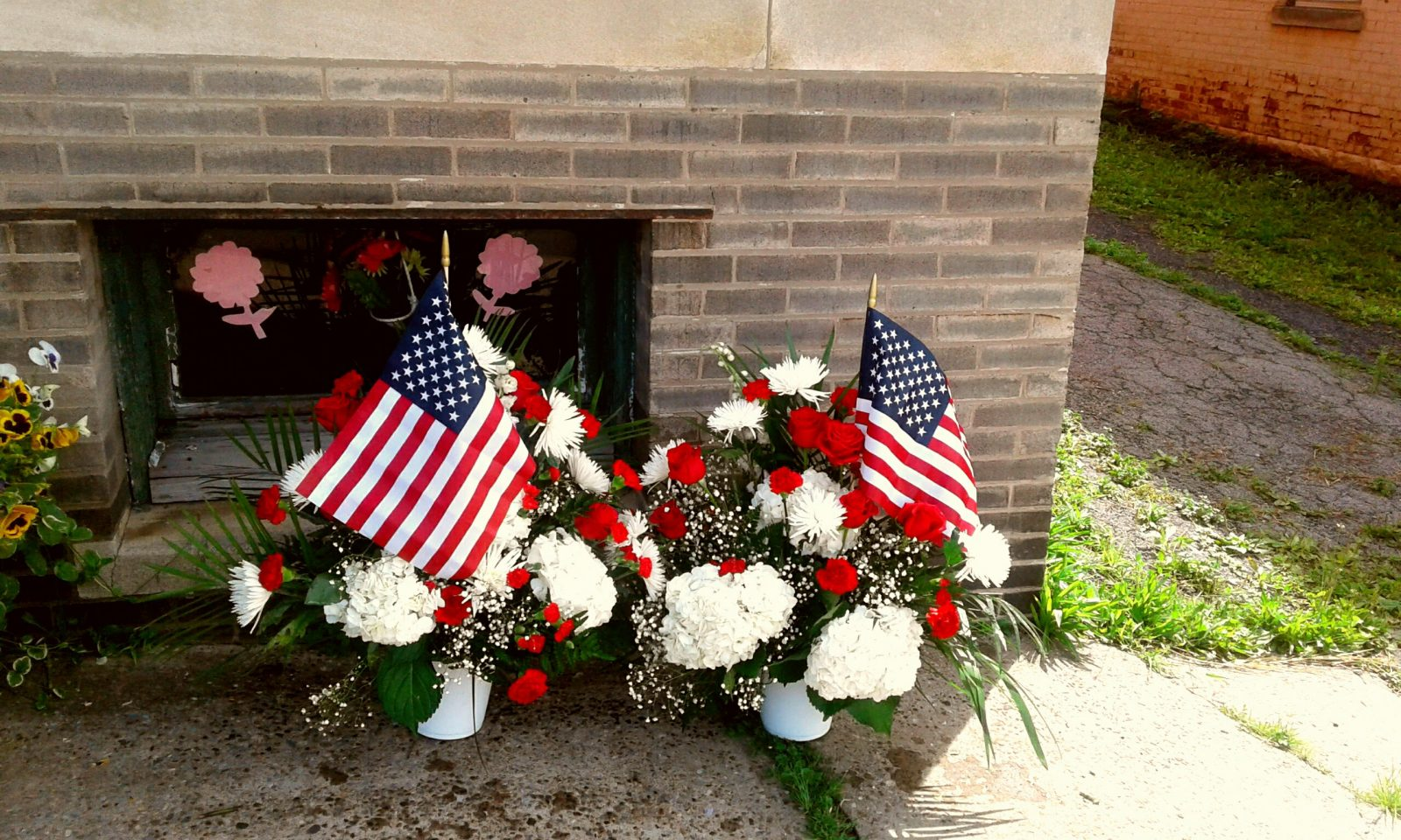 ROSE PETALS FLORIST FOR THE MOST FLOWERS IN FUNERAL FLOWERS ARRANGEMENTS,  LITTLE FALLS, NY FLOWER DELIVERY (315)823-7073